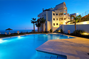 small-olee-holiday-rentals-panoramica-piscina-noche